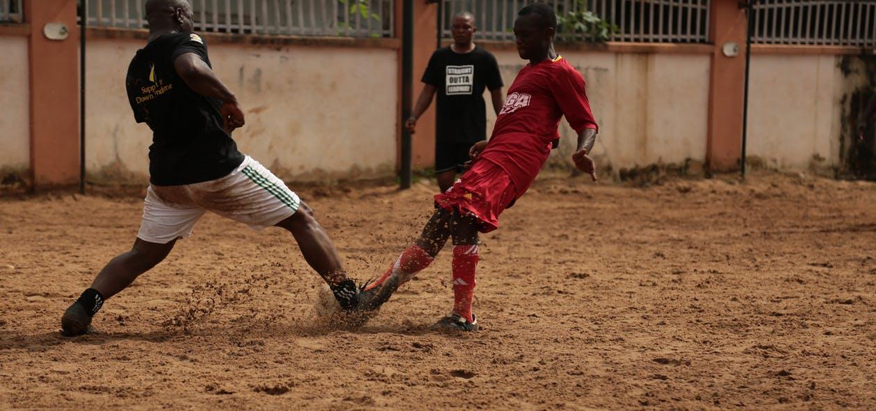 Ochraniacze piłkarskie spadają? Podpowiemy Ci, co zrobić w takiej sytuacji