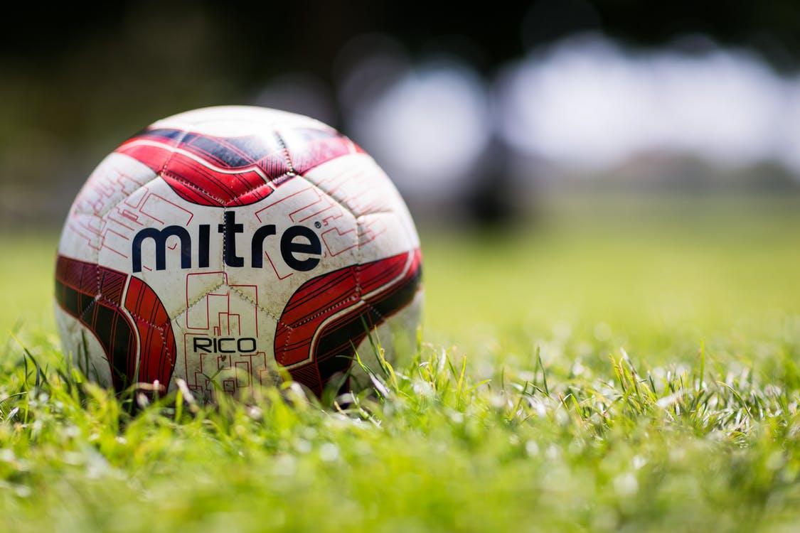 Piłka nożna – co trzeba kupić, aby w pełni cieszyć się grą?