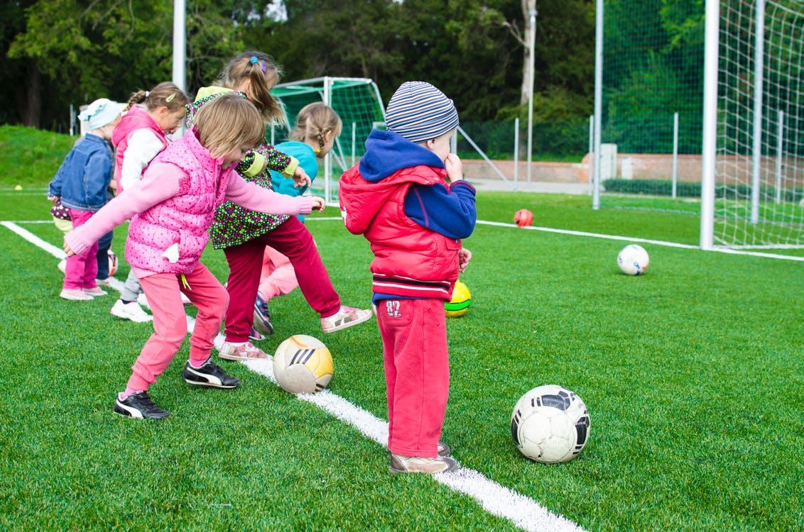 Czy warto posyłać dzieci na lekcje piłki nożnej?