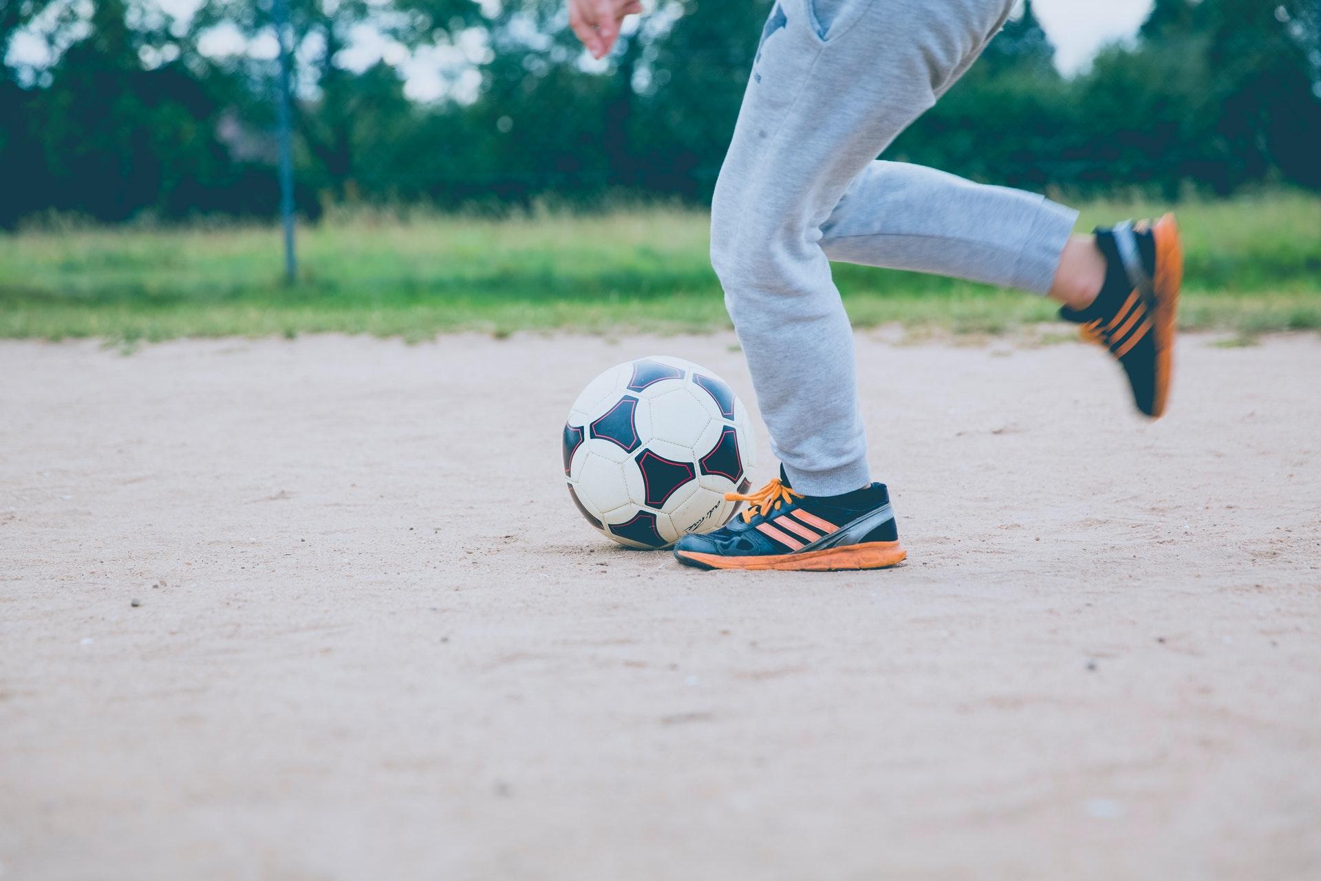 Obuwie Adidas Nemeziz dostosowane do sztucznej i naturalnej trawy
