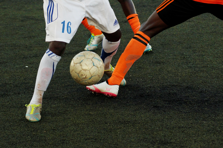 Z jakich powodów profesjonalni piłkarze obcinają getry?