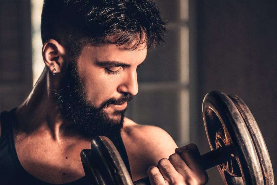 Mężczyzna idzie na siłownię – jaki strój powinien wybrać?